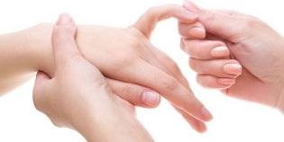 Valutab keskmise sorme parempoolse liigese Polve valus crepiat